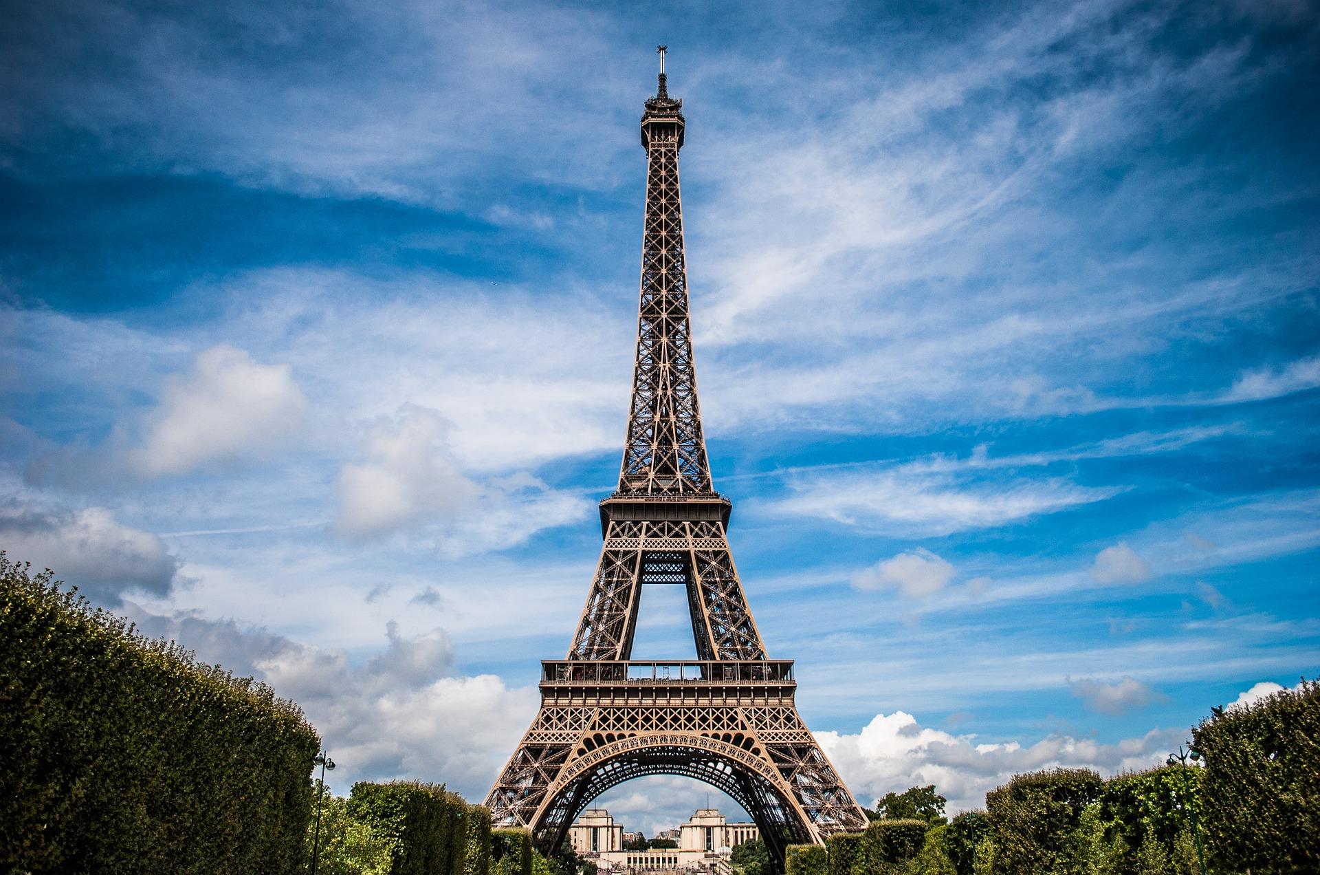 Lauren Parsons Wellbeing Specialist - Eiffel Tower France
